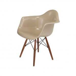 modernica-case-study-fiberglass-shell-chair_dowel_arm_walnutblack_oatmeal